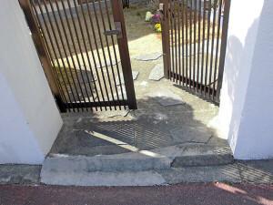 Y様邸塀施工前の段差